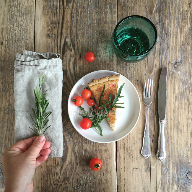 Tarta de queso con tomates cherry - foto de stock