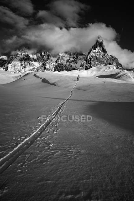 Two skiers walking on pathway — Stock Photo