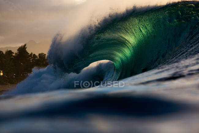 Wave breaking along reef — Stock Photo
