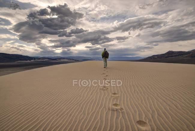 Man walking in eureka dunes — Stock Photo