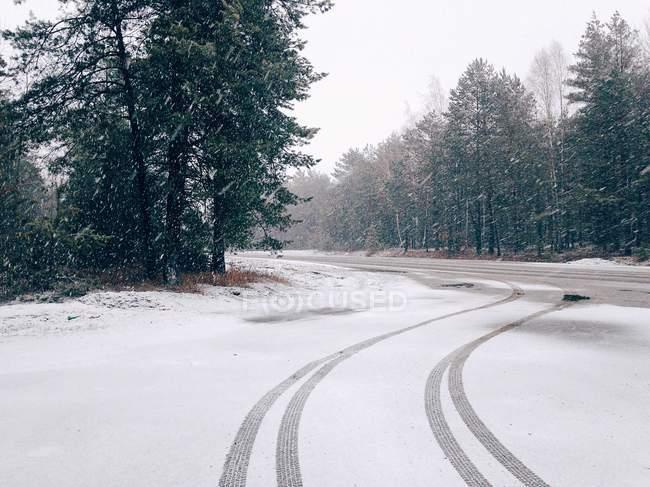 Pneus na estrada coberta de neve — Fotografia de Stock