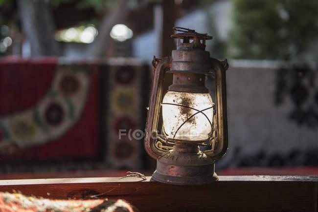 Vieille lanterne sur mur — Photo de stock