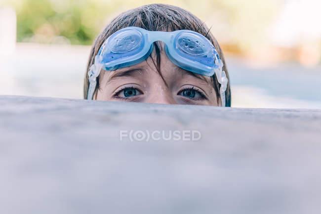 Boy looking over edge — Stock Photo