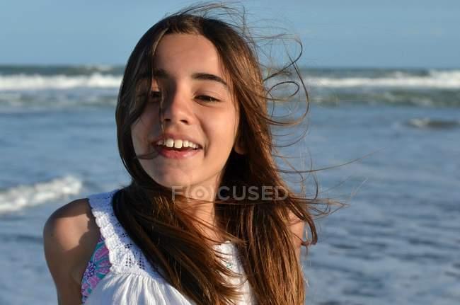 Девушка стоит на пляже — стоковое фото