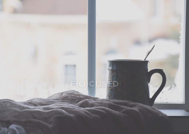 Чашка чая на подоконнике — стоковое фото