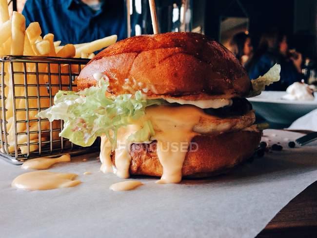 Hamburger et frites de français — Photo de stock