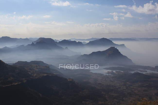 Paisaje de montaña de niebla al amanecer - foto de stock