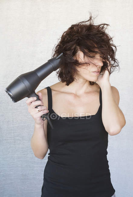 Cabello brushing mujer - foto de stock