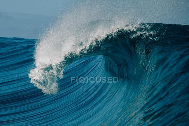 Vague de tonneau s'écrasant sur le récif — Photo de stock