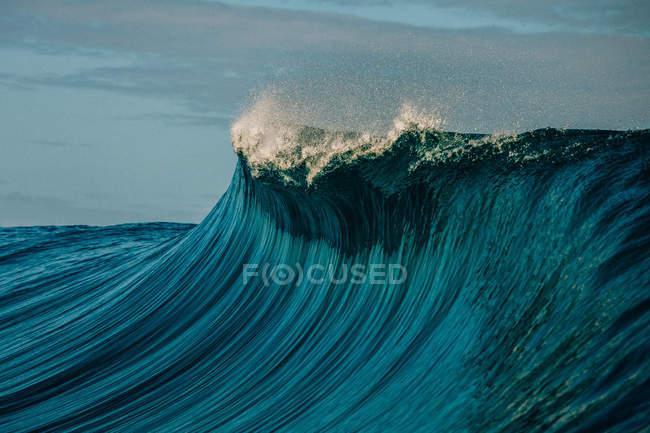 Волна разбилась о риф — стоковое фото