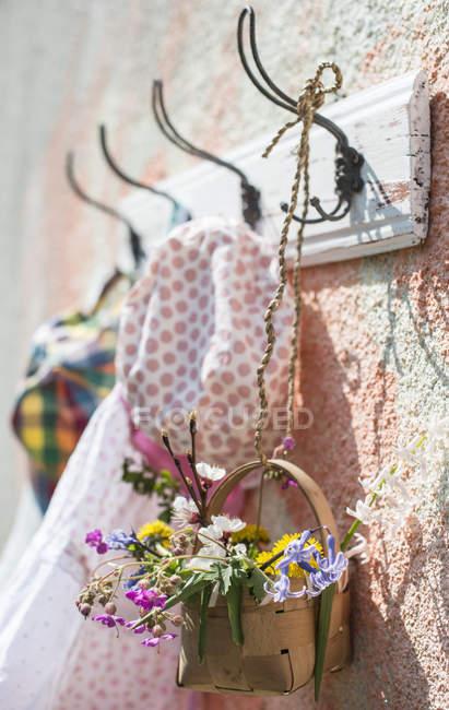 Roupas femininas de primavera no gancho na parede — Fotografia de Stock