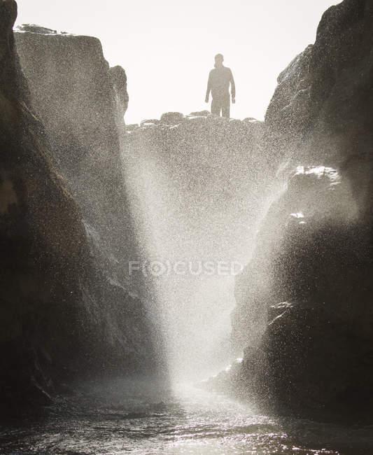 Mann steht auf Felsen am Ozeanpool — Stockfoto