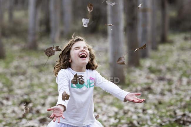 Дівчата кидали Осіннє листя — стокове фото
