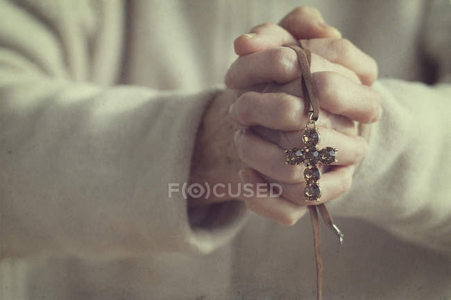 Crucifixo de exploração de mulher — Fotografia de Stock