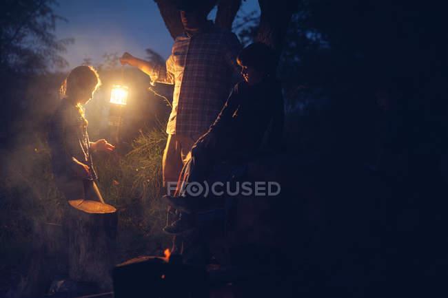 Lanterna de exploração do homem ao acampar — Fotografia de Stock