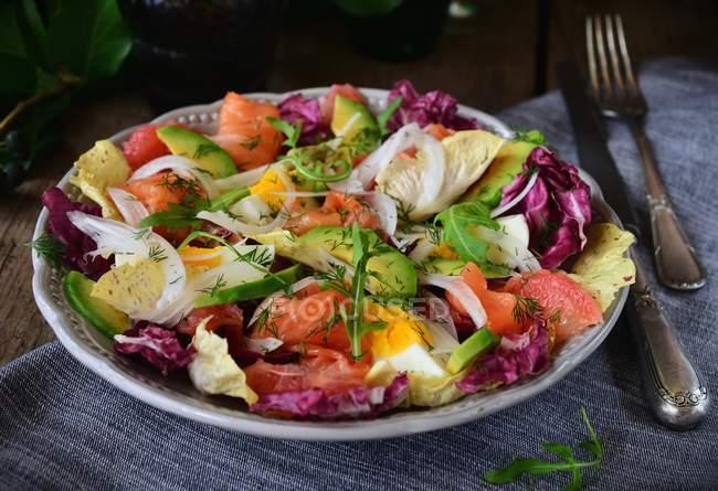 Копчений лосось та авокадо, салат — стокове фото