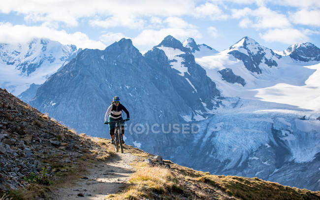 Woman on mountain bike — Stock Photo