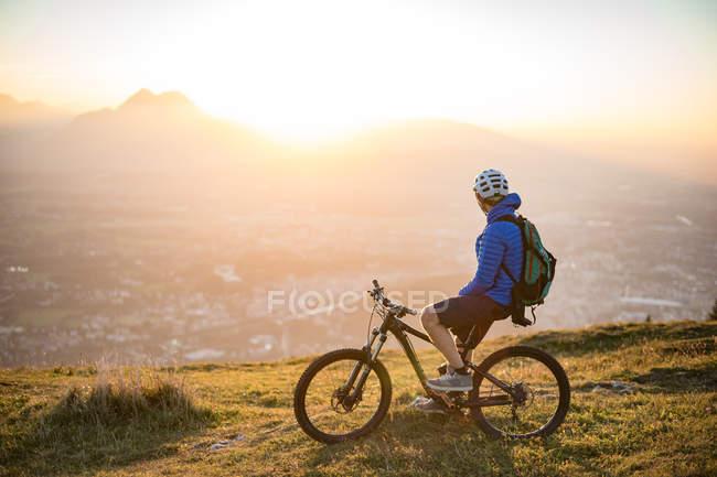 Людина на гірському велосипеді — стокове фото