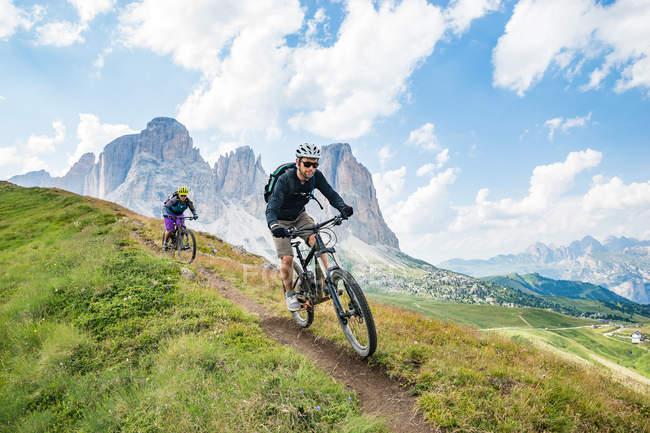 Чоловік і жінка на гірські велосипеди гоночні — стокове фото