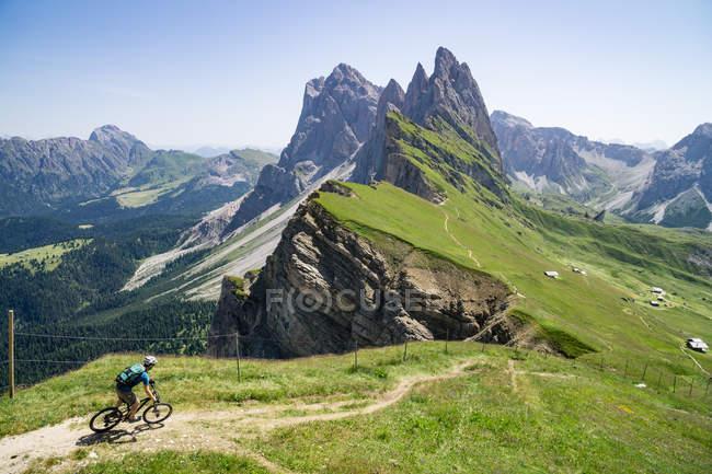 Man riding his mountain bike — Stock Photo
