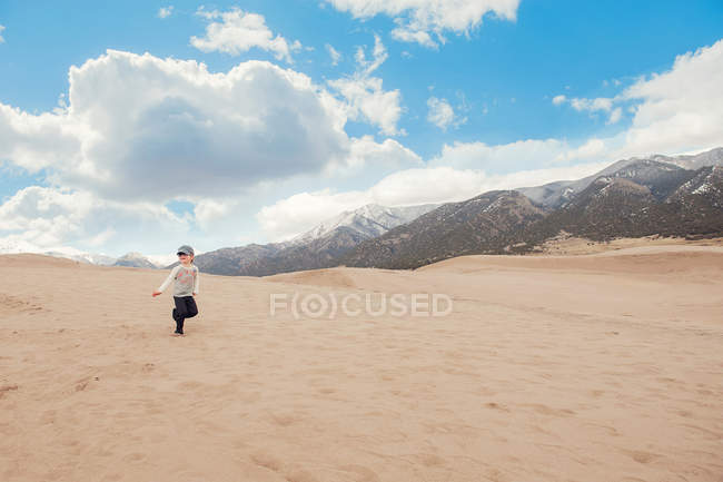 Boy running at great sand dunes national park — Stock Photo