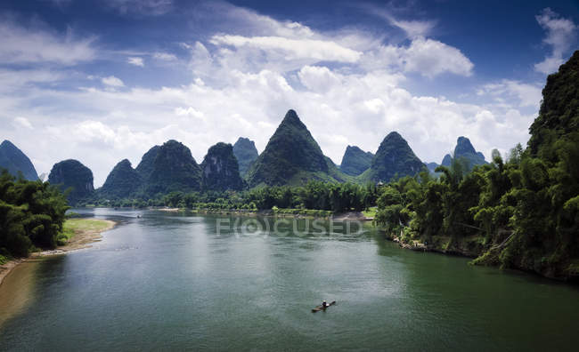 Li River and karst rock formations — Stock Photo