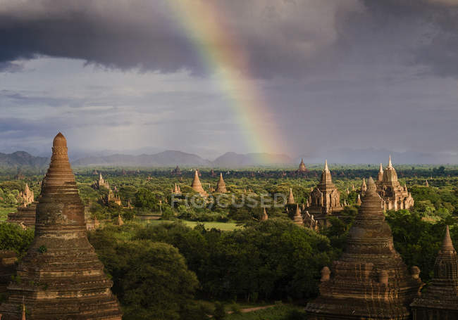 Rainbow over buddhist temples — Stock Photo