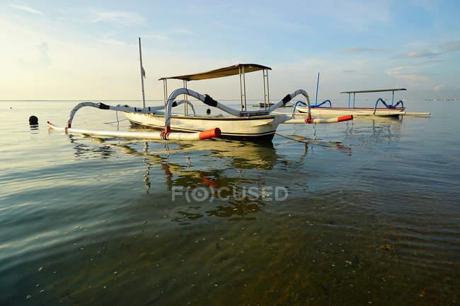 Рыбацкие лодки, стоящие на якоре на пляже Санур — стоковое фото
