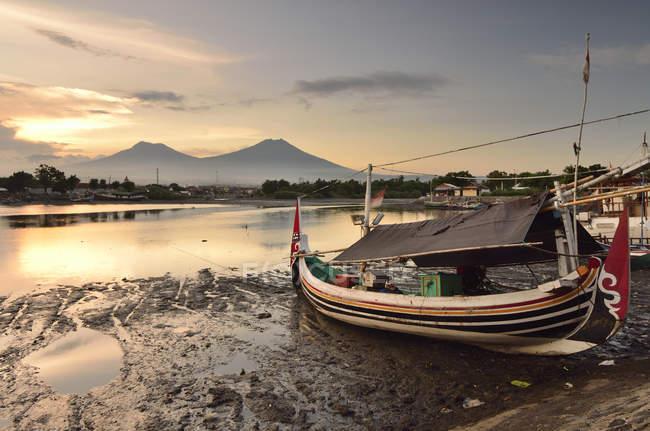 Лодка на якоре на пляже — стоковое фото