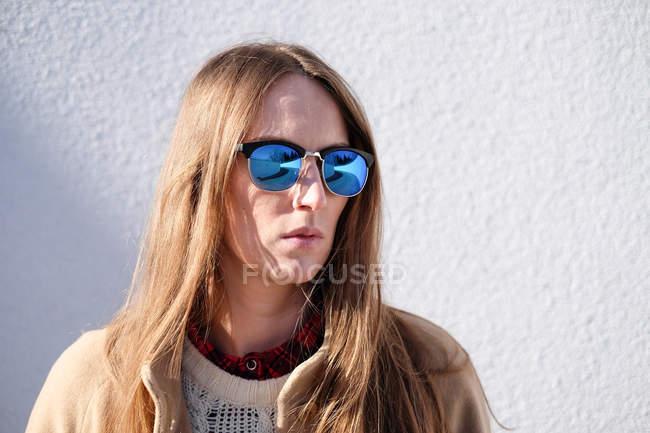 Mulher usando óculos de sol — Fotografia de Stock