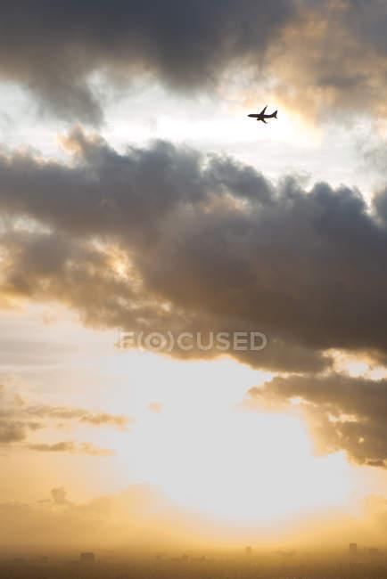 Flugzeug fliegen in Wolkengebilde — Stockfoto
