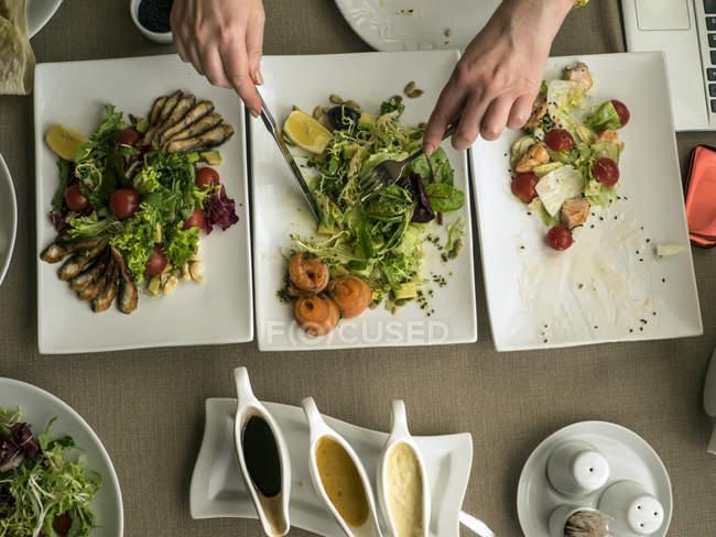 Женщина ест салаты в ресторане — стоковое фото