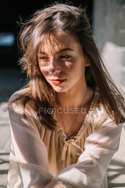 Porträt der Frau in der Sonne — Stockfoto