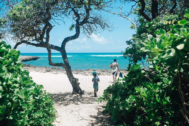 Pai na praia, com dois filhos — Fotografia de Stock