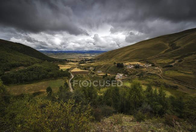 Paisagem montanhosa sob nuvens — Fotografia de Stock