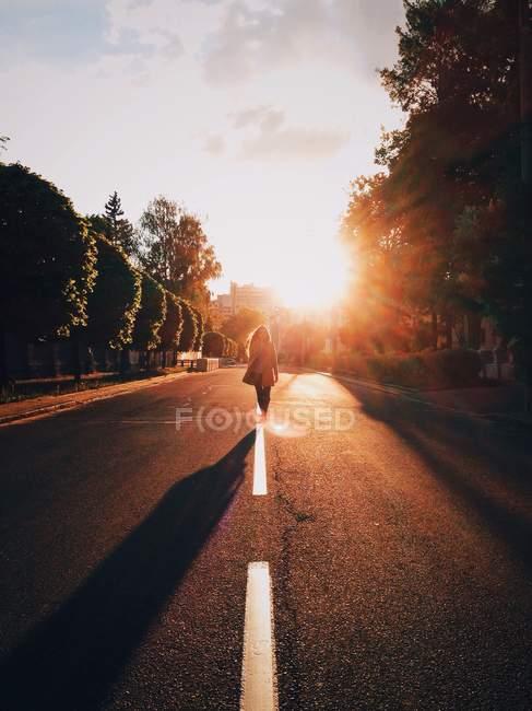 Жінка йшов по середині дороги — стокове фото