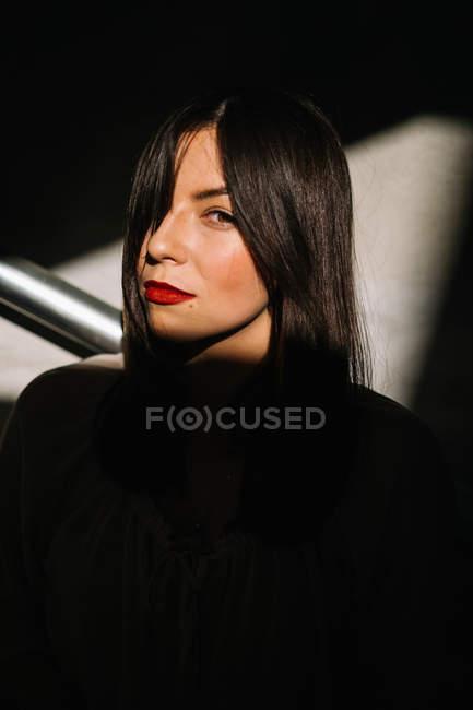 Retrato de mulher em sombras — Fotografia de Stock