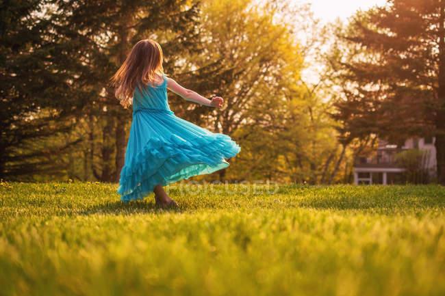Mädchen im Kleid, das sich dreht — Stockfoto