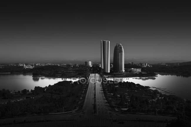 Skyline della città con grattacieli — Foto stock