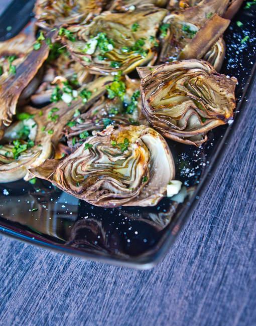 Carciofi al forno con olio, prezzemolo e limone — Foto stock