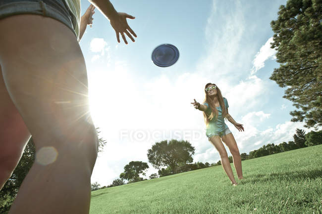 Women playing Frisbee in park — Stock Photo