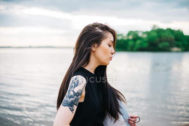Femme qui marche le long de la plage — Photo de stock