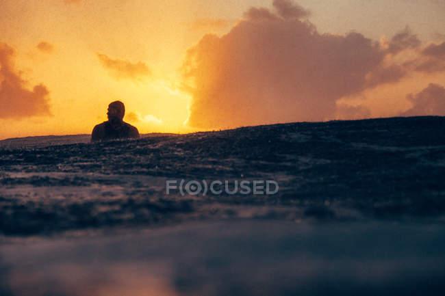 Silhouette der Surfer Fangwelle — Stockfoto