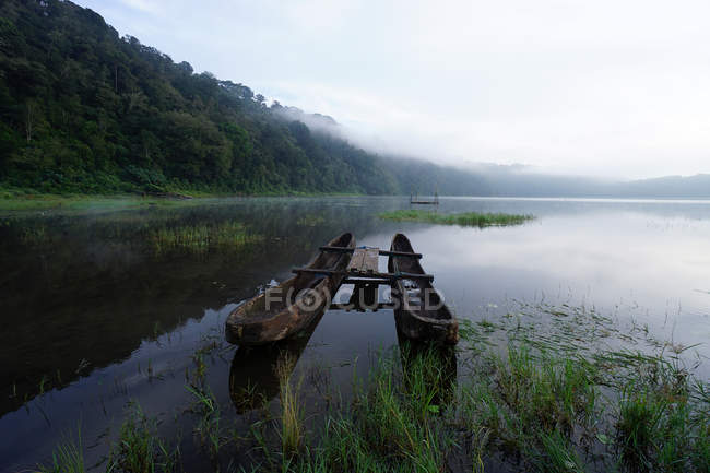View of moored boat on Tamblingan Lake — Stock Photo
