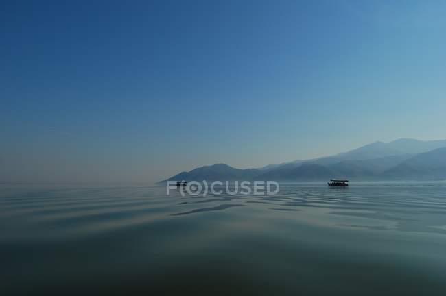 Парусный спорт на озере Керкини — стоковое фото