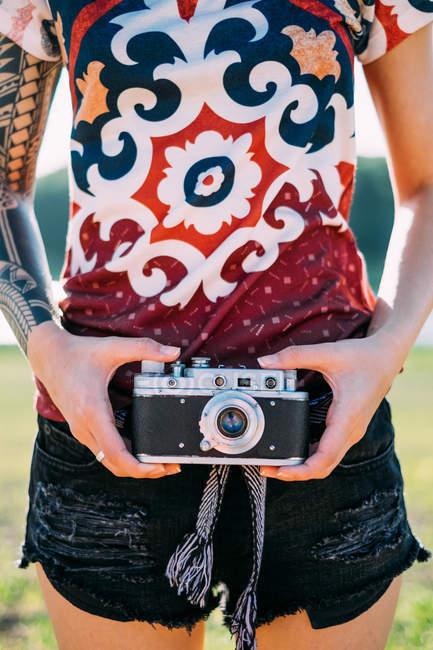Donna con tatuaggio con fotocamera vintage — Foto stock
