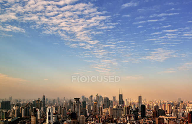 Skyline nuageuse de Shanghai — Photo de stock