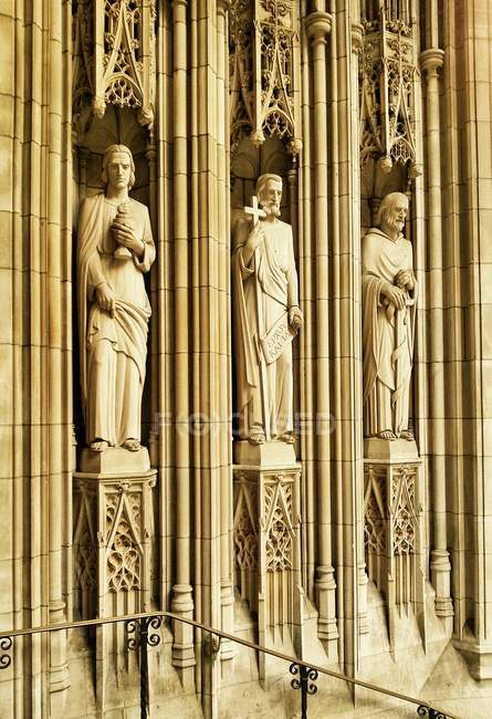 Sculptures of famous Saint Thomas Church, Fifth Avenue, New York City, USA — Stockfoto
