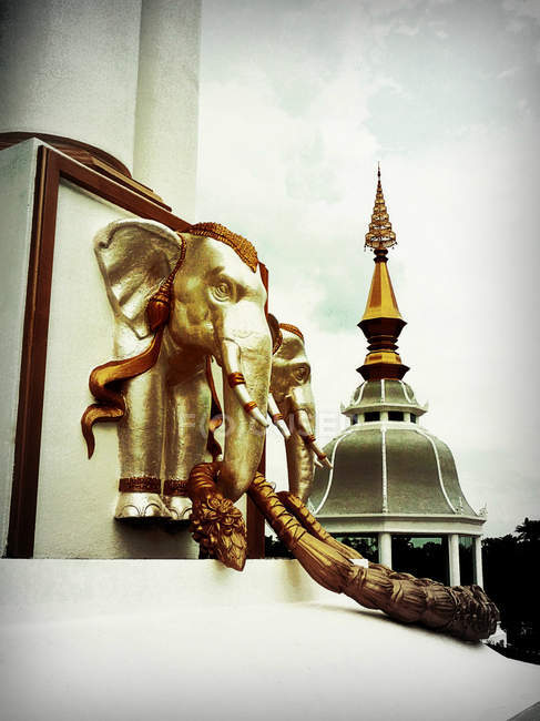 Thailandia, Khon Kaen, Wat Toong Setth, Scultori di elefanti del tempio — Foto stock