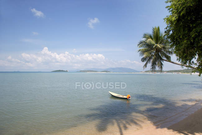 Thailand, Ko Samui, Soi Nalat, Baan Thurian, scenic view of beach, seascape and boat — Stock Photo